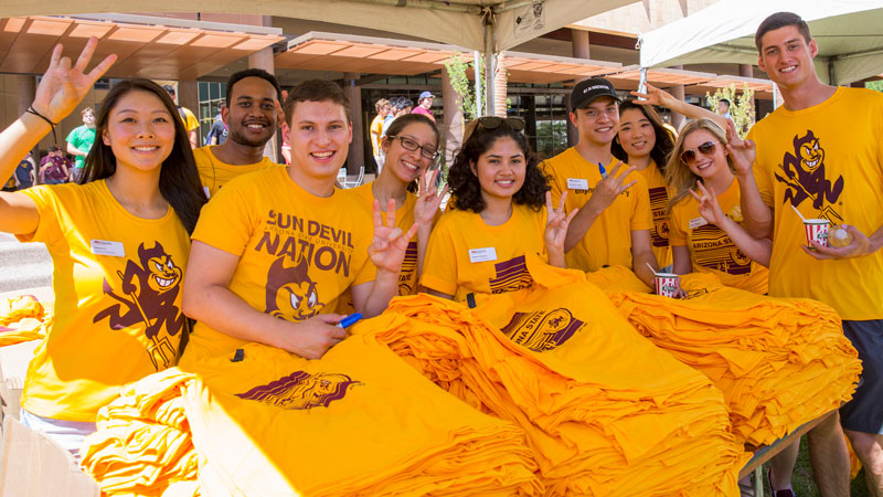 Student volunteers give out t-shirts at Fall Welcome.